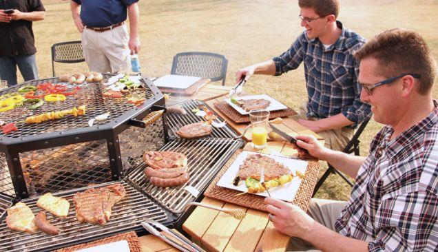 """八角形のバーベキュー台。野菜は共通スペースで。お肉は自分専用スペースで。""""JAG Grill table"""" ◆八角形のグリルで、まったり大人なバーベキュー : ギズモード・ジャパン http://www.gizmodo.jp/2014/06/post_14649.html"""
