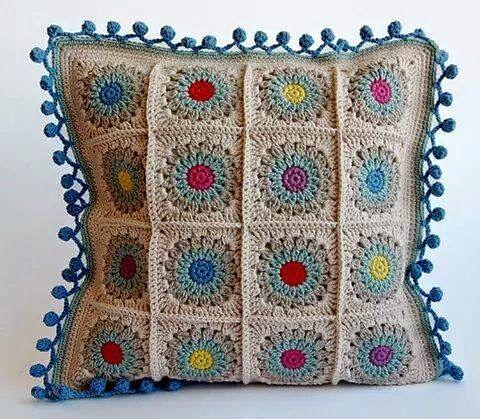 http://entrefiosefiapos.blogspot.com.br/2014/09/almofadas-coloridas-de-croche-sem.html