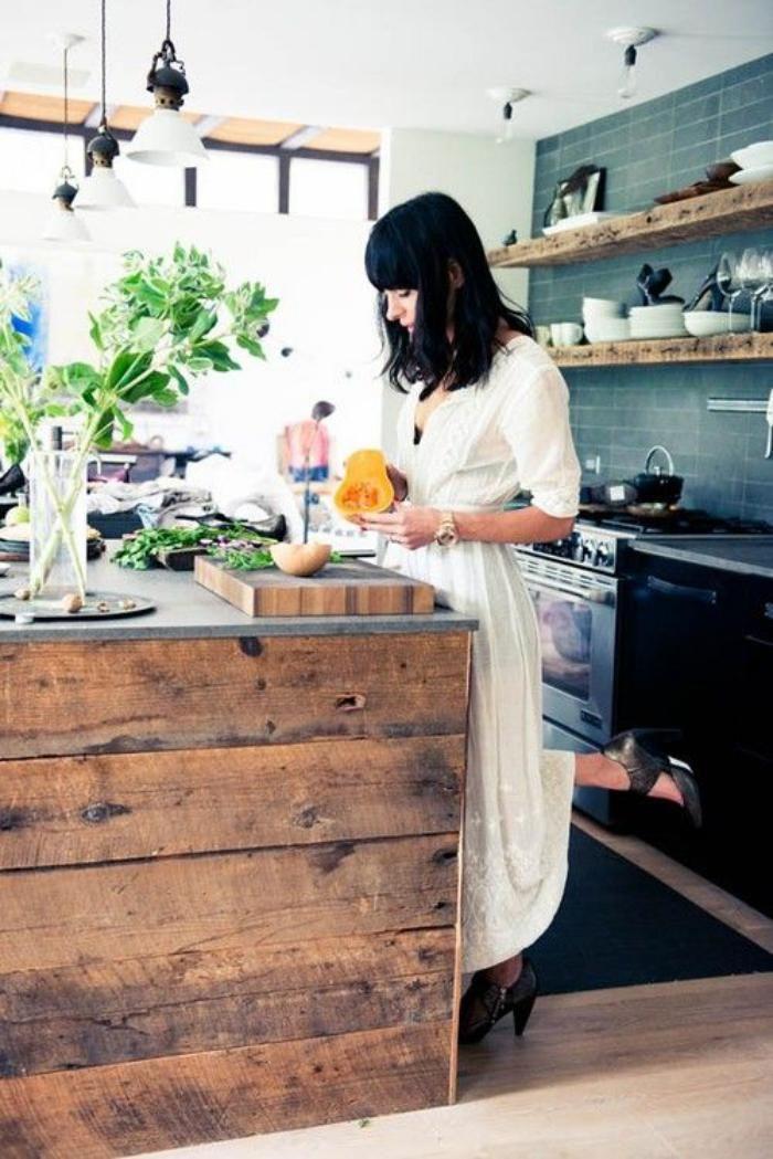 comptoir en bois recyclé, superbe design de bar de cuisine et étagères flottantes en bois