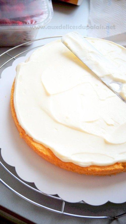 Encore une recette de base qui vous sera surement très utile pour napper et décorer vos gâteaux à étages ou vos cupcakes, ce nappage est sans beurre ehh