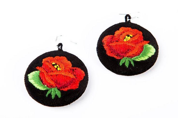 Haftowane kolczyki ludowe z czerwoną różą. Folk, folklor, ludowe, łowickie, haft łowicki