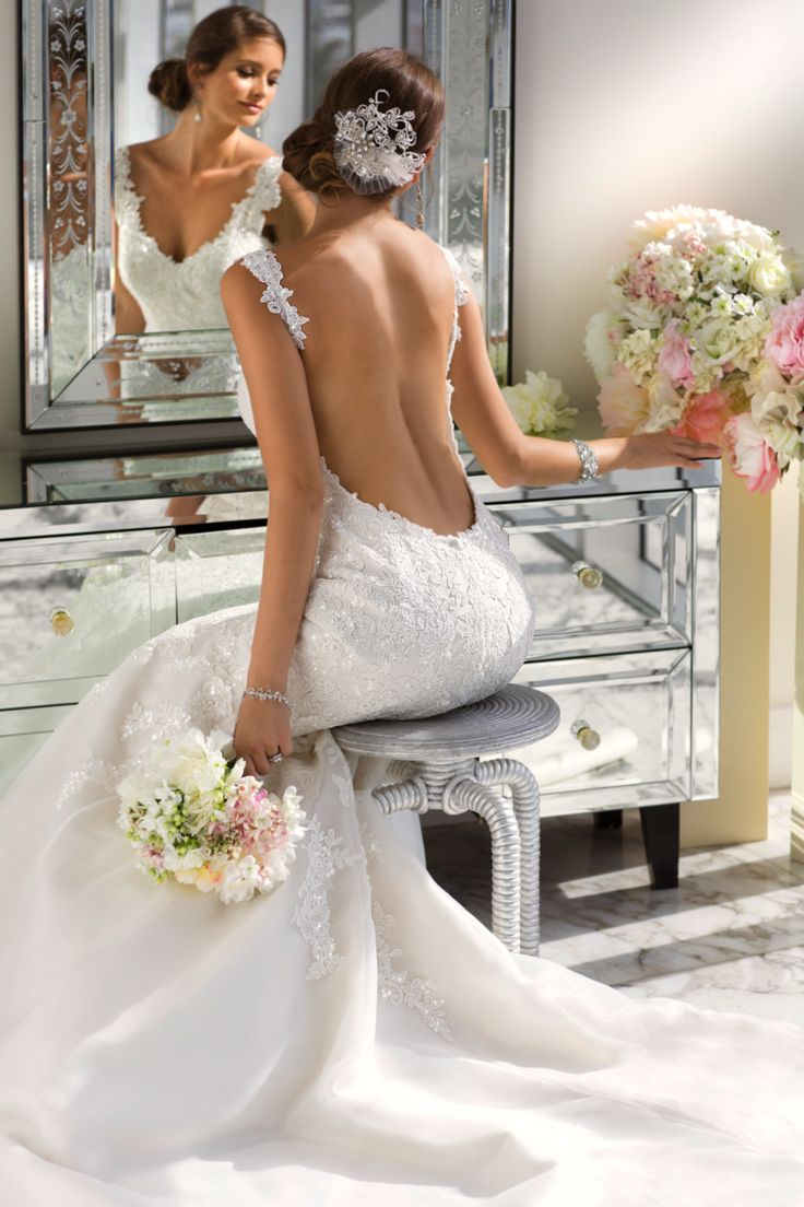 robe de mariée dos nu en satin et dentelle brodée, bijou strass dans les cheveux