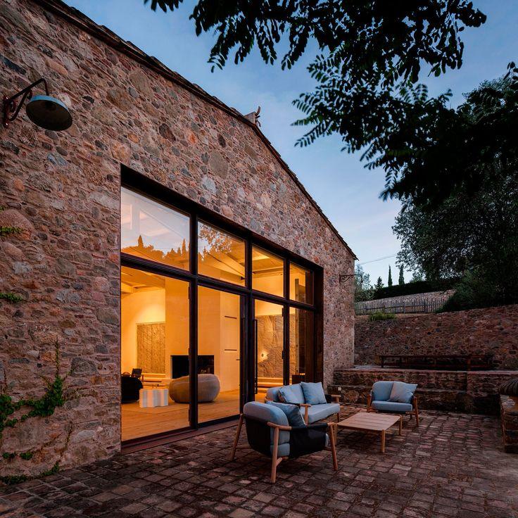 C'est dans la magnifique campagne de Catalogne que se trouve cette ferme datant de 1910 et réhabilitée par le studio Francesc Rifé.  Les propriétaires voulaient un lieu idéal pour exposer leur incroyable collection de meubles des années 50 et 60 et leur collection d'art.  Les créations de Jean Prouvé et Charlotte Perriand, entre autres, s'intègrent parfaitement au design rustique et chaleureux de cette habitation. Du côté rénovation, les architectes ont simplement enlevé quelques cloisons...