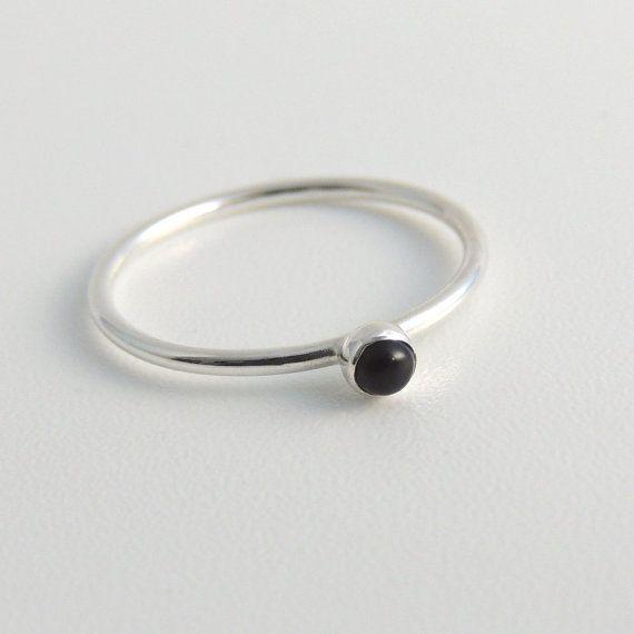 Deze prachtige, 3mm zwarte onyx steen geweest bezel set in een handgemaakte ring in sterling zilver. Ik heb deze band een glanzende, gladde