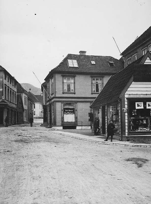 [Nøstegaten ca. 1914. Hjørnet Nøstegaten-Komediebakken.] fra marcus.uib.no