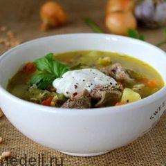 Суп гороховый с курицей и чесночными гренками