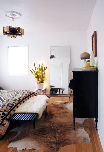 We love the combination of that sheepskin  and the cowhide area rug!