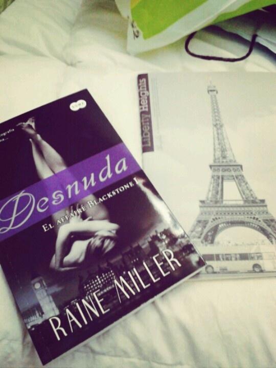 """Una baga copia de 50 sombras de grey .Un libro sin ideas nuevas la relacion entre un libro y otro es completamente la misma ,sin duda uno de los peores libros que eh leido """"desnuda"""""""