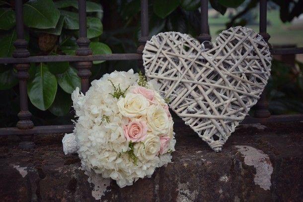 bouquet romantico-elegante cipria e bianco