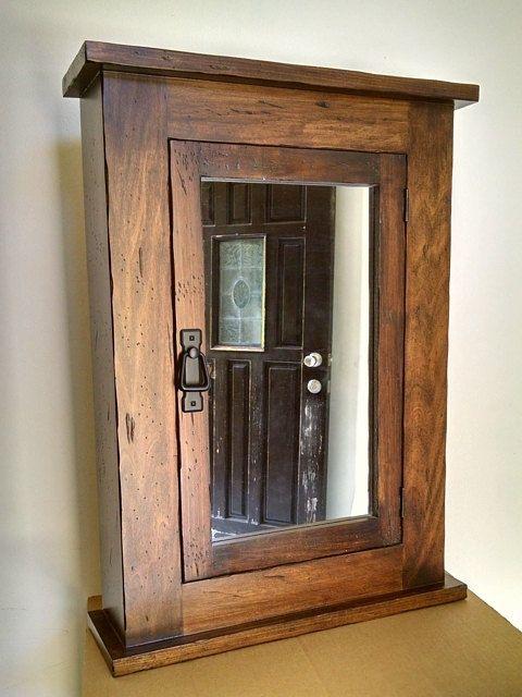 Handgemachte Hausapotheke  Surface-Mount. Dies ist ein einzigartiges, von einem freundlichen gespiegelten Schrank, der ist handgefertigt aus soliden Pappel.  Es kann als eine Medizin Schrank, Wandschrank, Schmuck Schrank oder sogar in der Waschküche verwendet werden.    Produkt-Beschreibung  Eine alte Primitive Art der Mission Hausapotheke.  Robuste Holzkonstruktion verfügt über einen geräumigen Schrank hinter der Spiegeltür ein.  Im Inneren sind 2 Einlegeböden Holz an Ihre spezifischen…