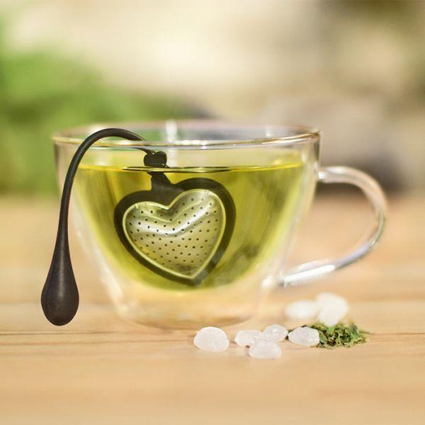 A szív alakú teaszűrőbe egy pohárhoz optimális mennyiségű teafüvet adagolhatjuk. Egyszerűen helyezzük a teaszívet egy pohár forró vízbe, szilikon kart lógassuk a peremen kívülre, így a teaszív nyugodtan lebeg a forró vízben.