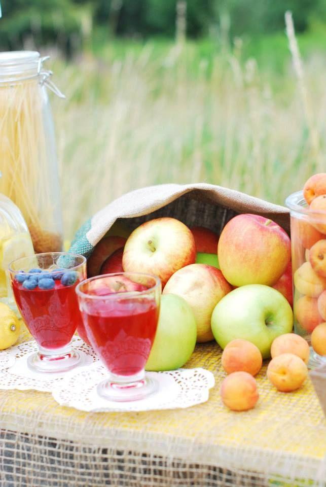 słodkości#stół#dodatki#owoce#aranżacja#rustykalnie#sielsko#naturalnie#lato#jabłka#worekjutowy#serwetka