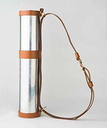 夢の値段 No.012 京都の職人が作る極みの道具   お届け予定:2015年4月中旬   5点限定。開化堂は明治8(1875)年の創業。「新しもの好き」の初代が、鋼板を錫(すず)でメッキしたイギリス直輸入の先端素材・ブリキを材料に完成させた、まさに文明開化を地で行くハイテク茶筒から、店の歴史を刻み始めた。その主力商品である茶筒とまったく同一の素材、技術で精密に加工されたのが今回の図面筒。開化堂の加工精度の証しとして知られる、手を離すと内部の空気を押し出しながら、自重だけで滑らかに降りていき、最後にわずかな隙間もなくぴたりと閉まる蓋もそのまま。ブリキ製にはキャメルのストラップ付き。A2サイズまで収納可能。