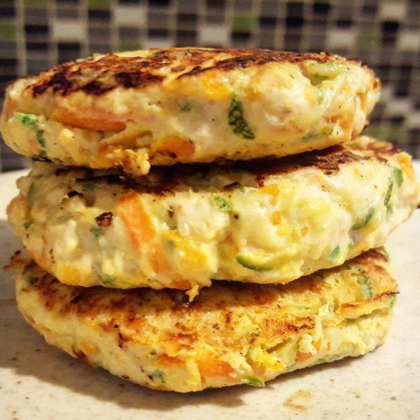 Nos apuntamos esta receta para preparar hamburguesas de pollo, calabacín y zanahoria.