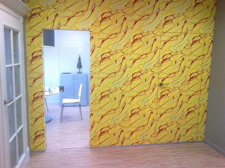 Kolorowa realizacja ze Szczecina- Niewidoczna Sara obłożona tapetą plus Kaseta bezościeżnicowa z przezroczystą taflą szkła.
