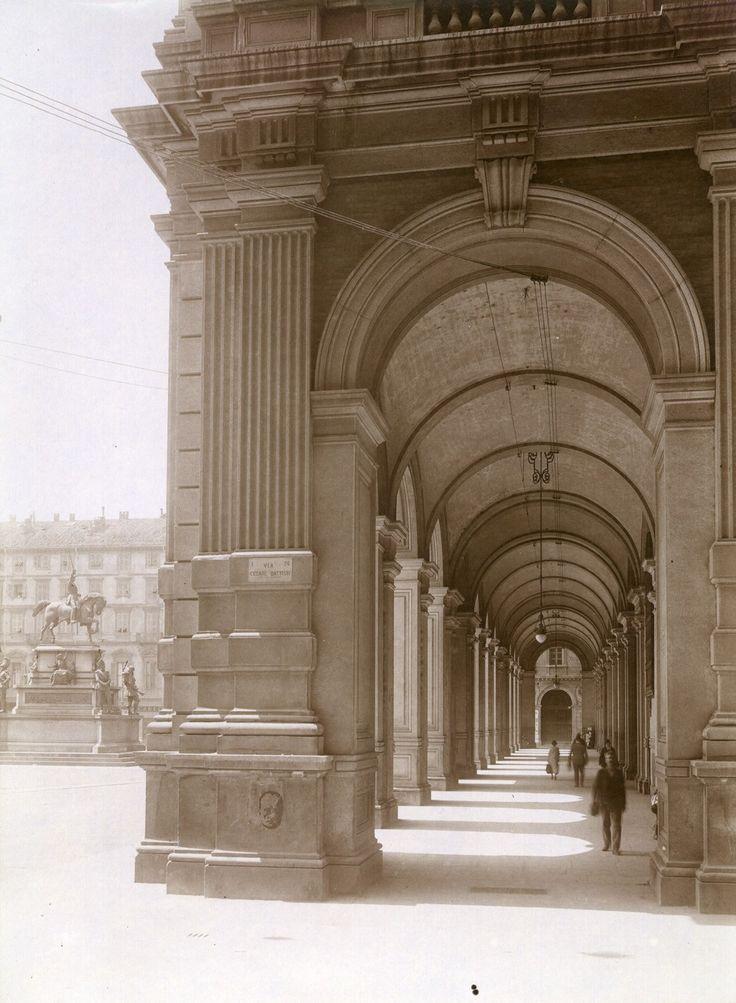 Monumento a Carlo Alberto e vista dei portici da via Cesare Battisti. Fotografia di Mario Gabinio, 18 giugno 1925. © Fondazione Torino Musei. #Torino