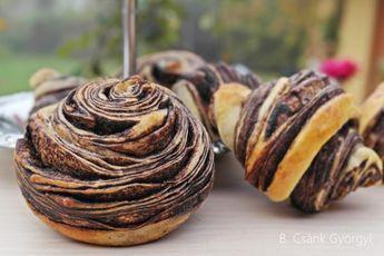 Ha egyszer kipróbálod a tangzhong módszert kelt tésztához, biztos, hogy gyakran fogod alkalmazni ezt a nagyszerű Ázsiából származó praktikát, melyet kenyerekhez, péksüteményekhez alkalmaznak. A tangzhong módszerrel készített tészták sütés után három nap múlva is puhák, foszlósak maradnak. Yvonne Chen mutatta be először a módszert a Bread Doctor című könyvében, azóta futótűzként terjed a világban. Lényege, hogy a liszt és víz 1:5 arányban való keverékét 65 fokra melegítjük, így kapunk egy…