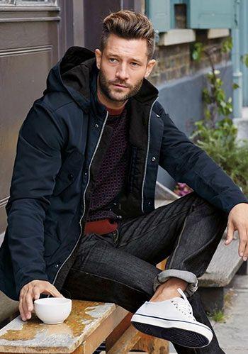 【白スニーカーでヌケ感を】紺マウンテンパーカー×ジーンズ(メンズ)   Italy Web