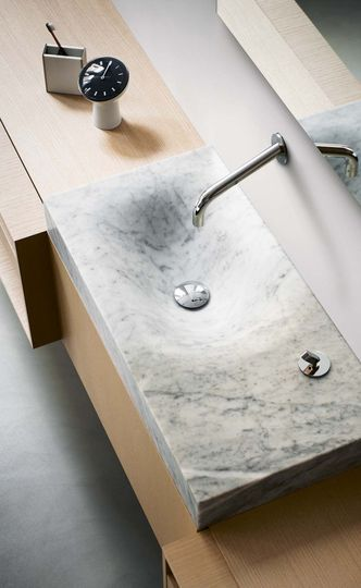 Une vasque en marbre de Carrare, mise en valeur par le plan en bois. #marbre #vasque #salledebains
