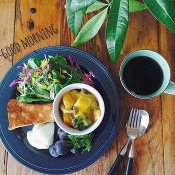 ワンプレートにおさまった朝食。 こんがりと焼きあがったトーストがおいしそう! 緑とお皿の色がぴったり合っていますね。
