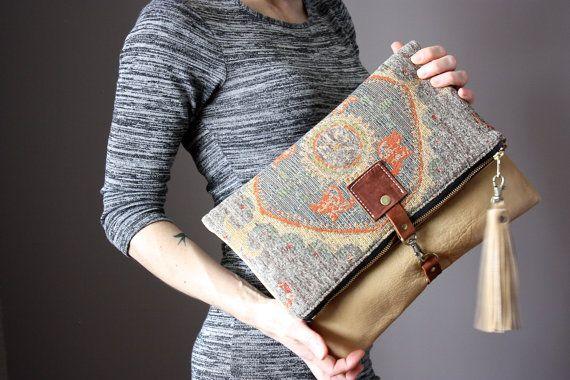 Gran pliegue de piel sobre el embrague, doble bolsa, doble monedero, bolso de la alfombra, tapiz tela y cuero bronceado ligero embrague con encanto de cuero