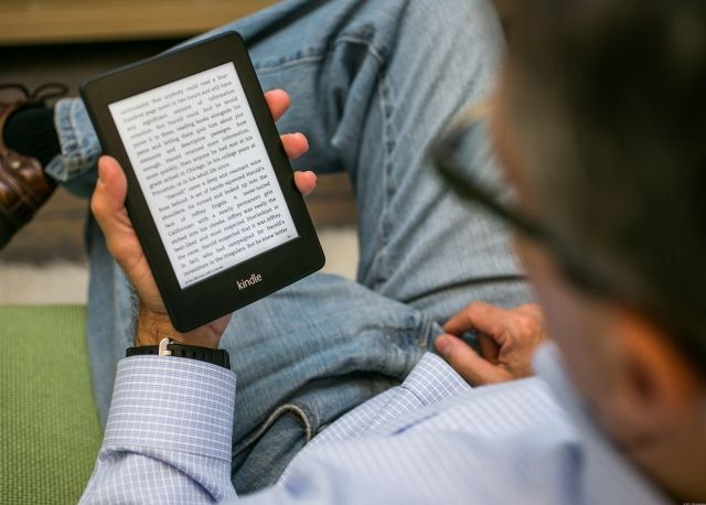 Az előítélettel szemben, miszerint az idősebbek elzárkóznak az új technológiáktól, az 55 év feletti generáció 29%-a e-readeren olvas könyvet. A fiatalabbaknál ez csupán 22% az elemzők szerint