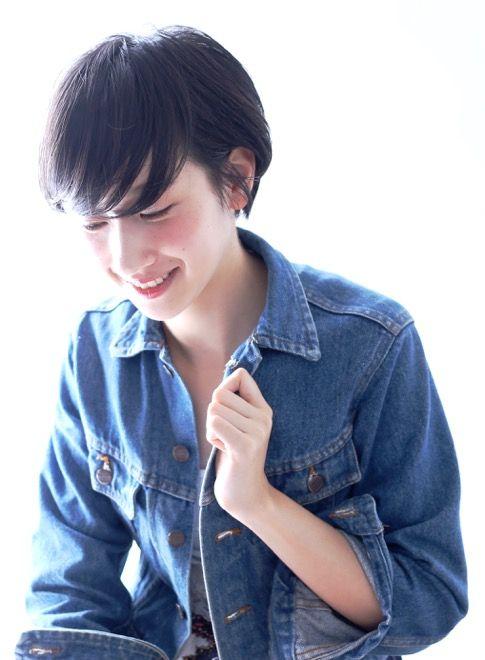 黒髪、青山、ツヤ感(艶)関連のショートヘアです。ショートレイヤースタイルです。 サイドを少し長めに残すことで丸顔のカバーや小顔に見せたい方にもおススメできるショートスタイルです。 バングは隙間が出来るように軽めにカットし野暮ったく見えないようにします。 直毛の方は、毛先ワンカールのパーマをかけると、スタイリングが楽になります。メニューはカット予算は7560円(税抜き)です。CIRCUbyBEAUTRIUM omotesando、サーカスバイビュートリアム表参道の堀越真 ショートヘア ショートボブ 大人可愛いの20代おすすめ、30代おすすめ、ナチュラルヘアスタイルです。