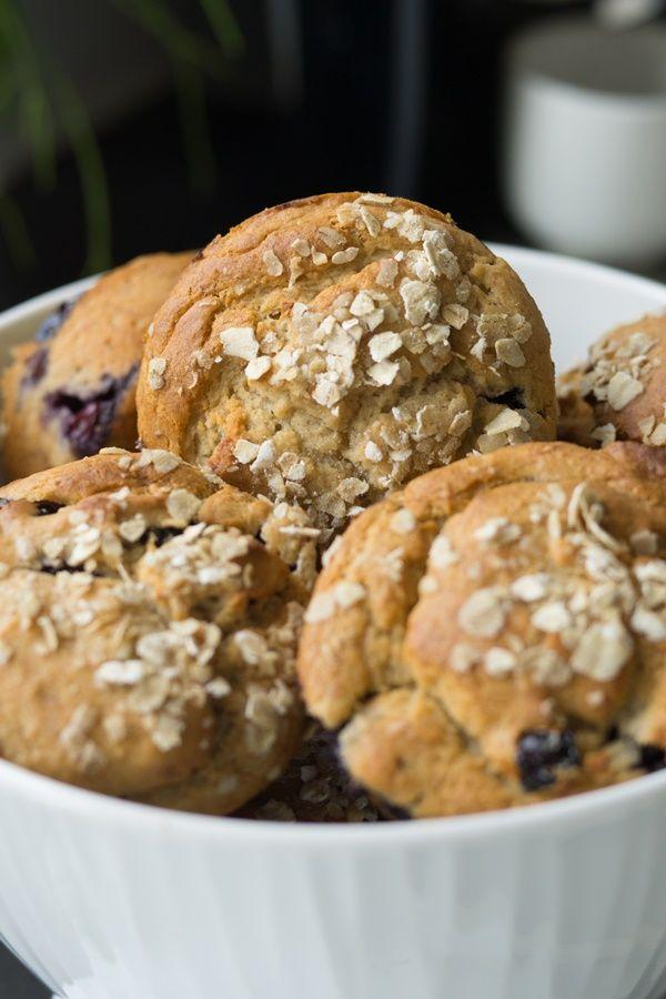 Wenn man morgens seinen Kaffee ans Bett gebracht bekommt, sind so ein paar gesunde Blaubeer-Frühstücksmuffins noch das Tüpfelchen auf dem i