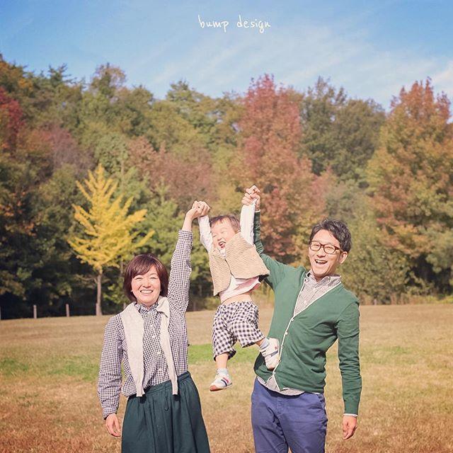 #家族写真  2歳、おめでとう〜〜!! バンザーイ!! って  チビちゃんがバンザイしてるわけじゃありません。  って見たらわかるか!  笑  ちなみにみんなでペアルック、、 可愛いなっ ^ ^  #結婚写真 #花嫁 #プレ花嫁 #結婚 #結婚式 #結婚準備 #婚約 #カメラマン #プロポーズ #前撮り #エンゲージ #写真家 #ブライダル #ゼクシィ #ブーケ #和装 #ウェディングドレス #ウェディングフォト #七五三 #お宮参り #記念写真  #ウェディング #IGersJP  #weddingphoto #bumpdesign #バンプデザイン