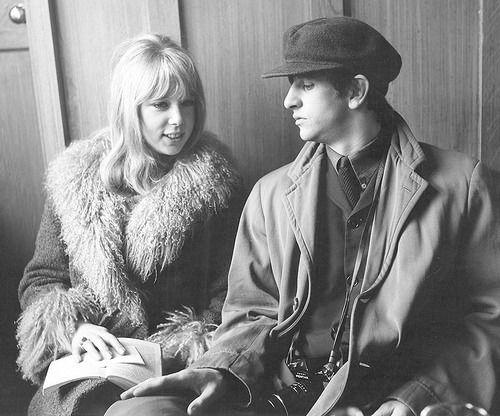 "osseteniveis:  ""_Ringo Starr and/e Pattie Boyd; England/Inglaterra; Twickenham; The Turk's Head Pub/Pub The Turk's Head; Filming of ""A Hard Day's Night""/Filmagem de ""A Hard Day's Night""; March 10th 1964/10 de março de 1964.  _Source/Fonte: Solo Beatles..."