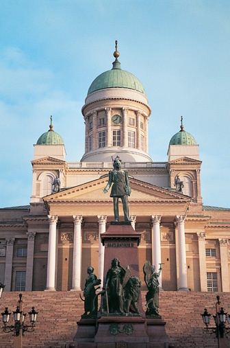Helsinki sijaitsee Saaristo-Suomessa. Helsinki (ruots. Helsingfors) on Suomen pääkaupunki ja Uudenmaan maakuntakeskus. Se sijaitsee Suomenlahden pohjoisrannalla Uudenmaan maakunnan keskiosassa. Kaupungin asukasluku on 614 074 ja Helsingin keskustaajaman väkiluku on 1 176 976, joten se on väkiluvultaan Suomen suurin ja Pohjoismaiden kolmanneksi suurin kunta ja kaupunkialue. Kirjoittanut Nikke