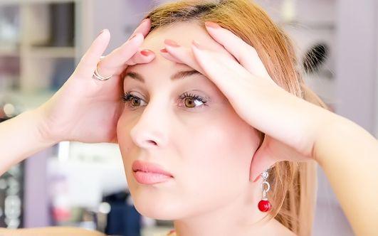 Зона вокруг глаз подвержена старению в первую очередь. Именно в этой области быстрее всего появляются морщинки, кожа теряет упругость, истончается и обвисает. Опущенные веки придают лицу грустный и уставший вид, делают женщину старше… Но не нужно отчаиваться раньше срока: в этом материале вы найдетеэффективную омолаживающую программу для кожи вокруг глаз. Лифтинг век Гимнастика для глаз …