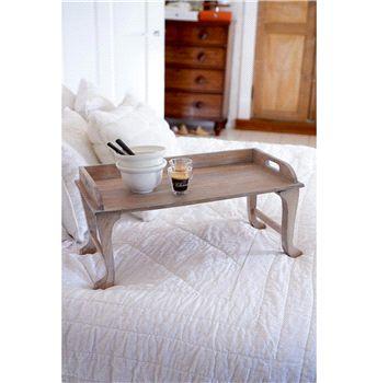 Marina Hills Wooden Mini Table van Rivièra Maison    Dit klassieke tafeltje is perfect voor een romantisch ontbijt of bed of voor een avond op de bank, want dat mag best af en toe!  Materiaal: hout