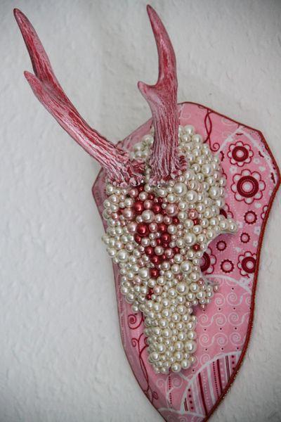 Geweihe & Trophäen - Perlen vor die Säue - Perlendes Rehgeweih Rosarot - ein Designerstück von lounge-fish bei DaWanda