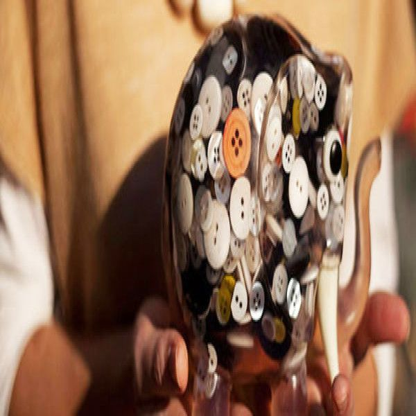 Greca es un emprendimiento con vocación social y sustentable que utiliza como materia prima los descartes de fábricas de botones. A través de sus coloridos accesorios y objetos decorativos de diseño, busca generar consciencia sobre el problema ambiental y el valor de los desechos. Además, su trabajo conjunto con cooperativas hace que sea, a su vez, un negocio inclusivo. Los inicios del proyecto se remontan a 2009, cuando Rocío González y Lucas Campodónico, sus socios fundadores, se toparon…