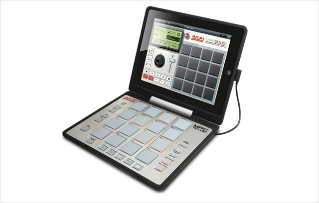 タッチスクリーンに馴染めなかった人に朗報!アカイ・プロフェッショナル(Akai Professional) はカルフォルニア州のアナハイム・コンベンションセンターで開催の世界最大級の楽器ショー「NAMM Show 2012」にて、iPad 2と連動するフィジカルコントローラー「MPC Fly」を発表した。    Dockコネクタを介してiPad 2と接続され、そのまま収納できるケースと4×4個 (16個) のドラムパッド部分で構成。2012年の発売予定日には専用iPadアプリ「MPC FLY iPad App」がレトロニムス(Retronyms) 社から同時リリースされる。後述の映像を見ると一目瞭然なのですが、そのほかにもスウィング、ノートリピート機能、エフェクトやサウンドライブラリー、サンプル編集機能、EQ、4トラック・シーケンサーを搭載。    内蔵マイク / ライン入力を使用したのサンプリング、自分のiTunesライブラリ内にある曲のスクラッチ、Core MIDI対応アプリとの連携、ソーシャルへ楽曲の共有、WIST(Wireless Sync Start…