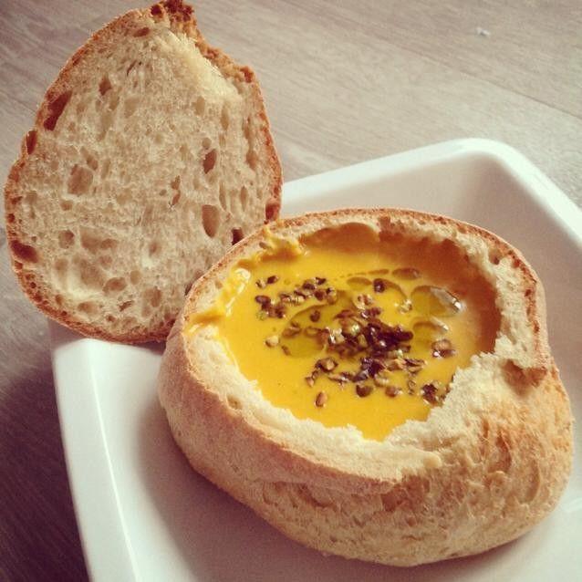 Kürbis-Kokos-Suppe im Brot (vegan)