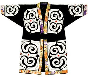 """""""Kaparaamipu"""" cutout- costume with cut-out and cut out the pattern directly from the cloth, it is pasted. Cloth large cotton me was to be made from made to enter the hand. (Photo courtesy of Ainu Cultural Promotion, Research and Promotion)"""