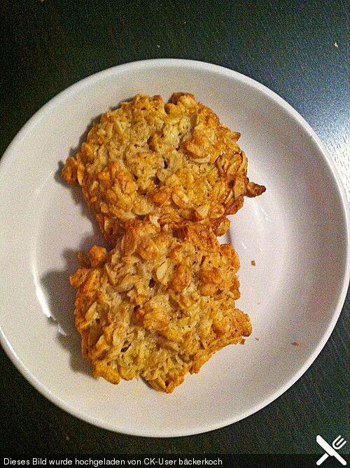 HAFERFLOCKENKEKSE | Kingt lecker.  Kokosöl o.ä. statt Butter und Chia-Gel o.ä. statt Eier und schon hat man eine vegane variante.
