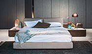 California è un letto imbottito disponibile in versione sommier o con piedini in metallo. Questo letto può essere arricchito di comode e funzionali testiere alzabili. Ampia la scelta di misure disponibili.
