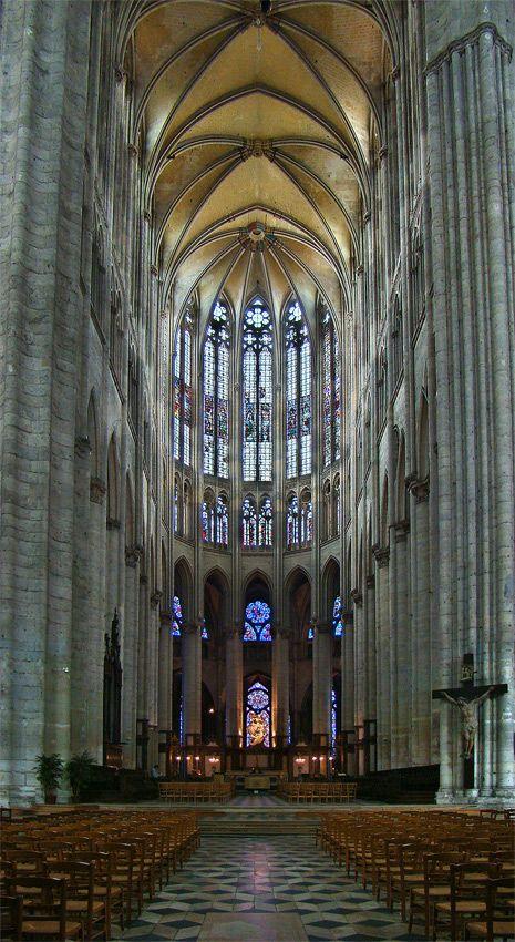 Betonung der Vertikalen in der Gotik: Kathedrale von Beauvais, mit 48,5 m das höchste Kirchengewölbe der Welt