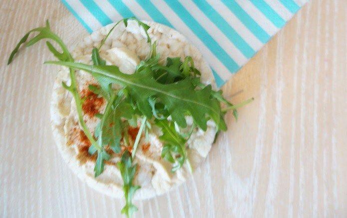 Witte bonen spread is waarschijnlijk mijn nieuwe favoriete broodbeleg. Eenvoudig te maken, pure ingrediënten en erg smaakvol, precies waar ik van hou.