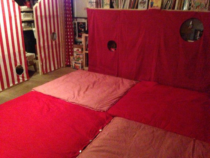 La libreria si trasforma per i piccolissimi. Tappeti rossi. Libreria Radice-Labirinto. www.radicelabirinto.it