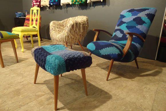Poltrona e mesa de centro feitas em crochê por Regina Misk, da Inventive Bureau