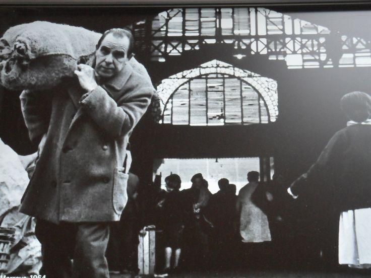 Foto antigua sobre la vida en el Mercado del Born