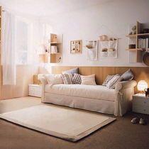 Уютная и комфортная детская выполнена в сочетании белого и бежевого цветов с контрастом коричневых оттенков. Мягкая мебель обита белой тканью, корпусная изготовлена из светлого дерева и белого пластика. Освещение в виде настольных светильников. Роскошная гостиная выполнена в сочетании белого и коричневого цветов. Диван обит синей тканью, корпусная мебель изготовлена из темного дерева. Освещение в виде люстры. Ванная комната выложена белой и синей керамической плиткой.