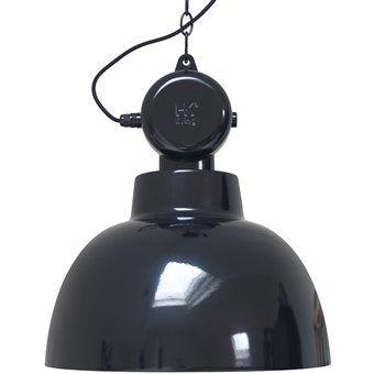 De HK Living Factory Hanglamp is geïnspireerd op ouderwetse fabriekslampen. De transformatie kast bovenop is dan ook puur decoratief! De industriële hanglamp is erg mooi boven de tafel, in de keuken of hal. Een oude klassieker in een nieuw ontwerp!