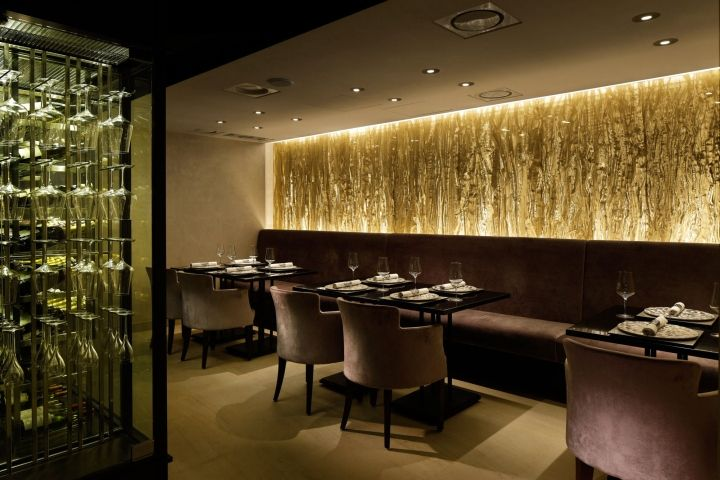 LOVE THE AMBIANCE... SOFT LIGHTING, IMPECABLE FINISHES WITH A TOUCH OF TEXTURE. THE BACK WALL IS A WALL OF WIRE MESH WITH WRINKLE PROCESS, THE TEXTURE OF THE PRESSED WIRES GIVES IT A LUXURIOUS LOOK.