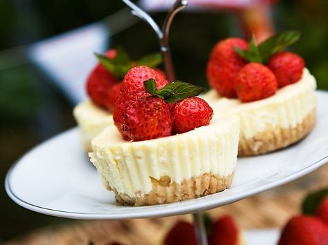 Cheesecake je velmi populární dezert. Někteří si hoale bojí udělat kvůli delší době tuhnutí a obavě, zda vůbec ztuhne. Tato mini verze je parádní, protože doba tuhnutí je výrazně kratší a navíc máte rovnou jednu porci a nemusíte si dělat starosti s krájením. Na oslavu jako dělané!