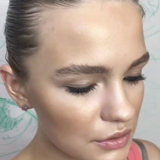 А какой ваш самый любимый макияж, который вы любите носить на себе. •Нейтральные глаза и прозрачный блеск •Акцент на губы, яркая помада и только тушь •Яркий смоки с цветными акцентами •Тушь, румяна, нейтральная помада •Свой вариант... Поделитесь🙂😉 #makeup @nurazu #model @alessandra.mars #chdash #chillydashteam